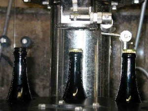Closing of sparkling wine bottles with crowncaps